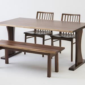 使い込むほどに味わいのある風合いになる無垢材の家具