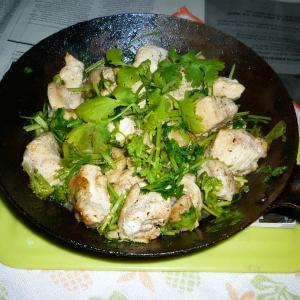 若鶏の胸肉とパクチーのオリーブオイル炒め