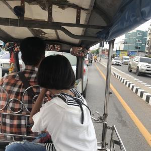 バンコク アムパワーからメークロン市場までトゥクトゥクで疾走