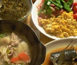 🍚フードワンさん、このサバは旨かったですよ。サバ味噌煮 鶏鍋 インゲンベーコンサラダ 高菜ごま油炒め