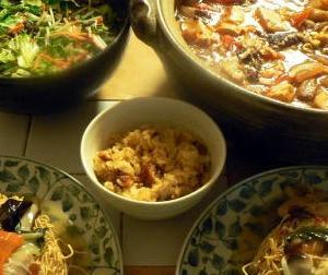 金欠病中のオヤジ家飲み会 牛スジ煮込み鍋 かた焼きそば ウナギ飯 サラダ冷麺