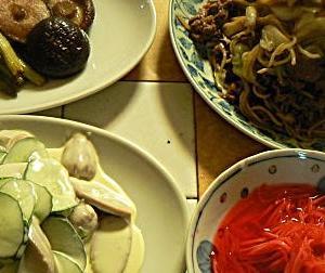 今日は昼飯 仕事休みなので焼きそばと🍺 アスパラとシイタケバター 魚肉サラダ