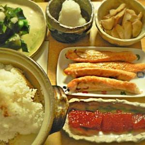 土鍋でご飯炊き おこげは旨いやね~ 新米炊き立て ハラス すじこ 海藻サラダ いぶりがっこ