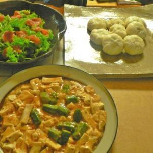 なんちゃってバーミアンの3 肉まん ワサビ菜とサーモンのサラダ オクラ麻婆豆腐