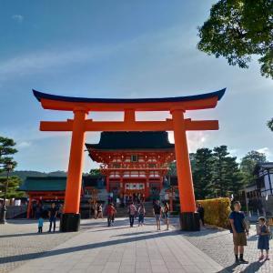 10/23の朝の伏見稲荷大社、青空に鳥居の色が映えますね!