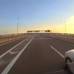 【兵庫県警】捜査車両が高速道路で幅寄せし 観光バス 事故 あわや衝突も走り去る 動画 あり