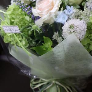 玄関までの来客…花を持って