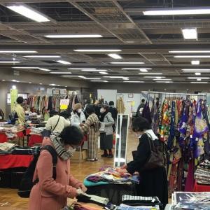 開催初日、コロナ禍、多くのお客様が距離を保ちながら買い物を楽しんでおられました。
