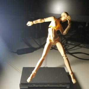 卓上ライトで人形に光を当てて影の明暗の資料として使えないかを試みた話