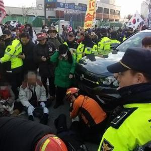 【韓国の反応】釜山 太極旗集会で車両突進 7人がケガ ... ウリ共和党「テロは明白」