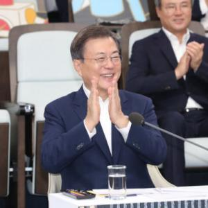 """【韓国】文大統領「日本とは """"別の道"""" を行く」"""