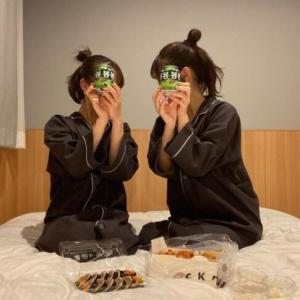 """韓国紙「日本人女性たち """"韓国に行きたい"""" ... ホテルの部屋で """"ボンボン"""" を持ち認証ショット」韓国の反応"""