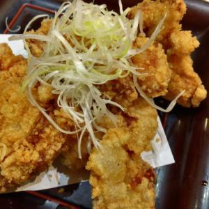 近鉄名古屋駅より徒歩3分、漁港直送の新鮮ネタが売りのふらり寿司で名物唐揚げマウンテン定食を食べてみた。