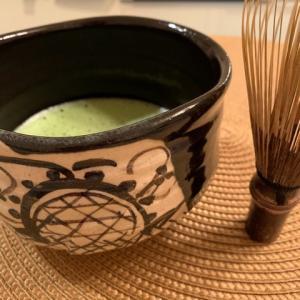 黒織部茶碗でお茶をいただきます