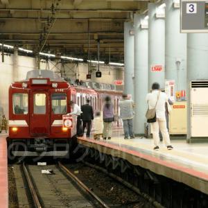 標示板を掲出して運行される近鉄2680系「鮮魚列車」