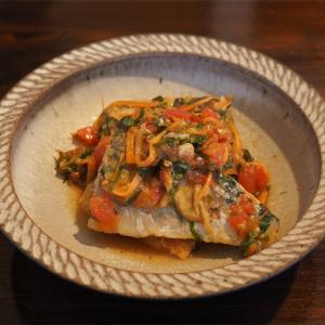【レシピ】しそとトマトの旨味が染み込む、塩サバ。