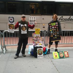 ニューヨークトランプタワー前にいるヤバイやつら!www
