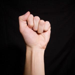 リハビリの効果が出てきて指が曲がるように