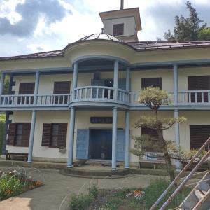 山梨県 明治時代の教室が残る学校 尾県郷土資料館