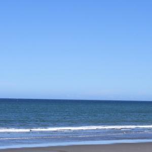 週末ライフ。「ウネリを忘れた海面と雲を忘れた空の間の穏やかな水平線を眺めながら、やがて来る夏への思いを語ってみたい」という思い。