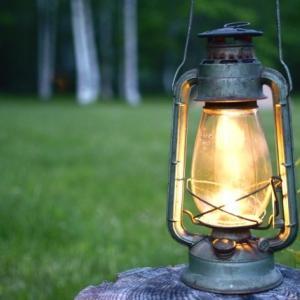 進め!俳句ビギナー㉜。「俳句を詠んで俳文というエッセイを綴る7月。『夏の夜』を思いながら、ランタンの明かりを頼りに季語集をめくる日暮れ時」の巻。