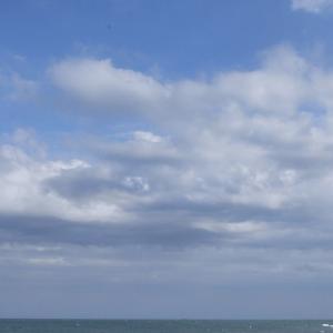 週末ライフ「梅雨の頃、霧雨と厚い雲に覆われながらテイクオフする波待ち気分」の巻。