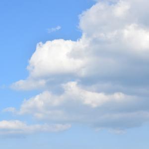 週末ライフ。「流れる雲の梅雨の晴れ間に広がる空は夏の知らせの青い空」。