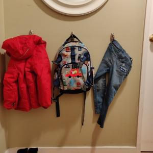 こどもの身支度コーナー:通園バッグ、ジャケットの待機場所