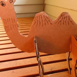 段ボールのラクダ。Cardboard Camels