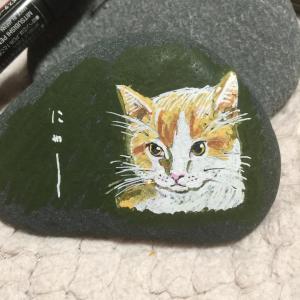 石に猫の絵を描く