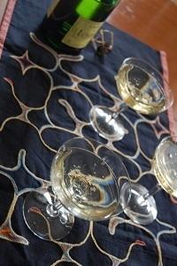 シャンパンにも似合うアイヌ刺繍