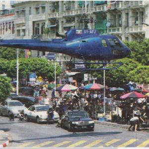 スーレーパゴダ通りにヘリコプターが。。。。