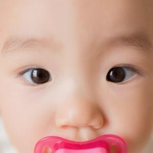 赤ちゃんのまぶたを二重まぶたにする方法と、絶対にやってはいけないこと