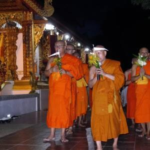 ワットプラシンの三宝節 僧侶を先頭に