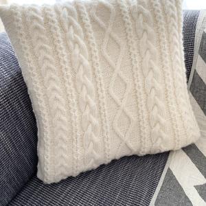 クッションカバーの色違い、編み始めました