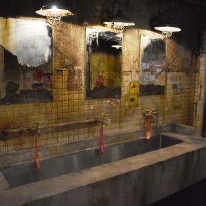 非日常を体験できる電脳九龍城は男性トイレも凝っている‼