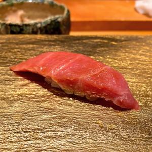 カウンター席だけの寿司屋で・・・