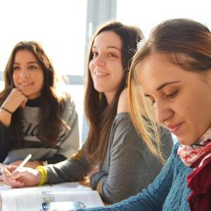 大学生だけが置いてきぼり…。授業再開の目途が立たない今、オンライン授業に不満噴出!鬱になる学生も。