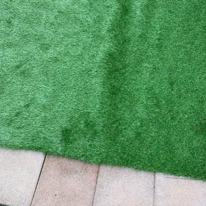 人工芝DIY 下地は砂利でも大丈夫? その2 障害物に合わせてカット