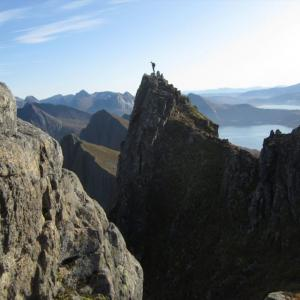 Husfjelletのハイキングは、素晴らしい眺めとスリル満点の登頂!