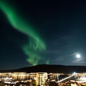 ノルウェーのトロムソ市内から見えるオーロラ【2020年10月2日】