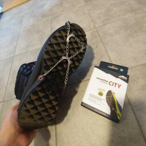 冬の凍結、スリップ対策に靴の滑り止めは必須です【アイススパイク3選】