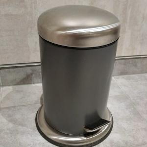 洗面所のゴミ箱にゴミ袋を収納し、こまめにゴミ出し
