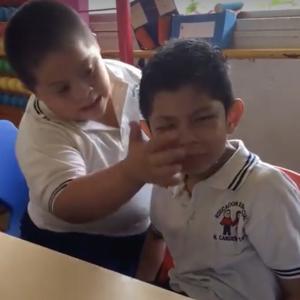 号泣する自閉症スペクトラムの同級生をハグして慰めるダウン症の男の子、わずか1分間の感動動画が2200万再生