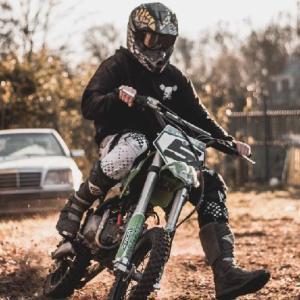 バイクで立ちゴケの原因と対策方法【エンジンガードで傷を防止】