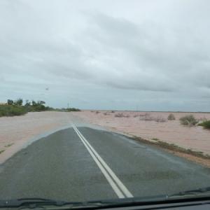 クルマを運転中に大雨に遭遇したら