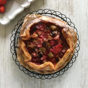 リュバーブと苺の赤いパイ