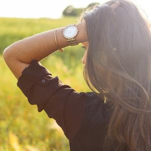 大きい胸の女性向けのナイトブラがバストの流れを防ぐ効果・便利な前ファスナーで販売されているのですぐに使ってみましょう