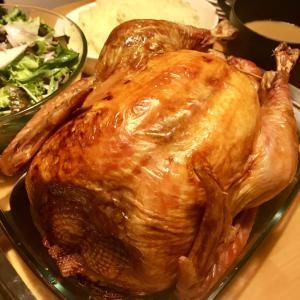 クリスマス料理 七面鳥の丸焼きローストターキーとグレービーソース