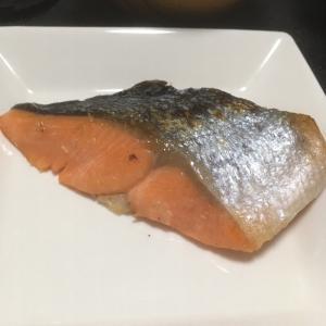 おっさんの連休最終日の独り晩飯 焼鮭と冷奴